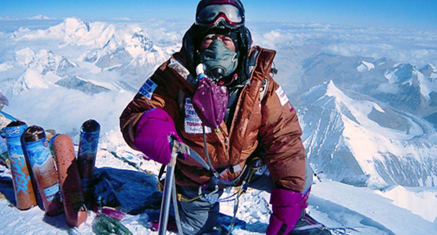 Старейший альпинист планеты скончался  при попытке покорить Эверест