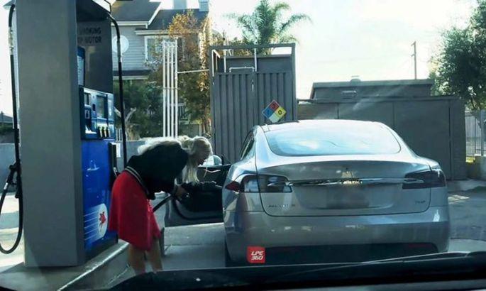 Девушка попробовала заправить Tesla бензином