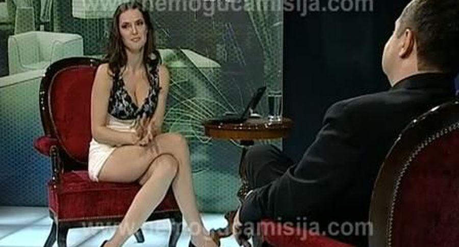 репортерша в коротком платье