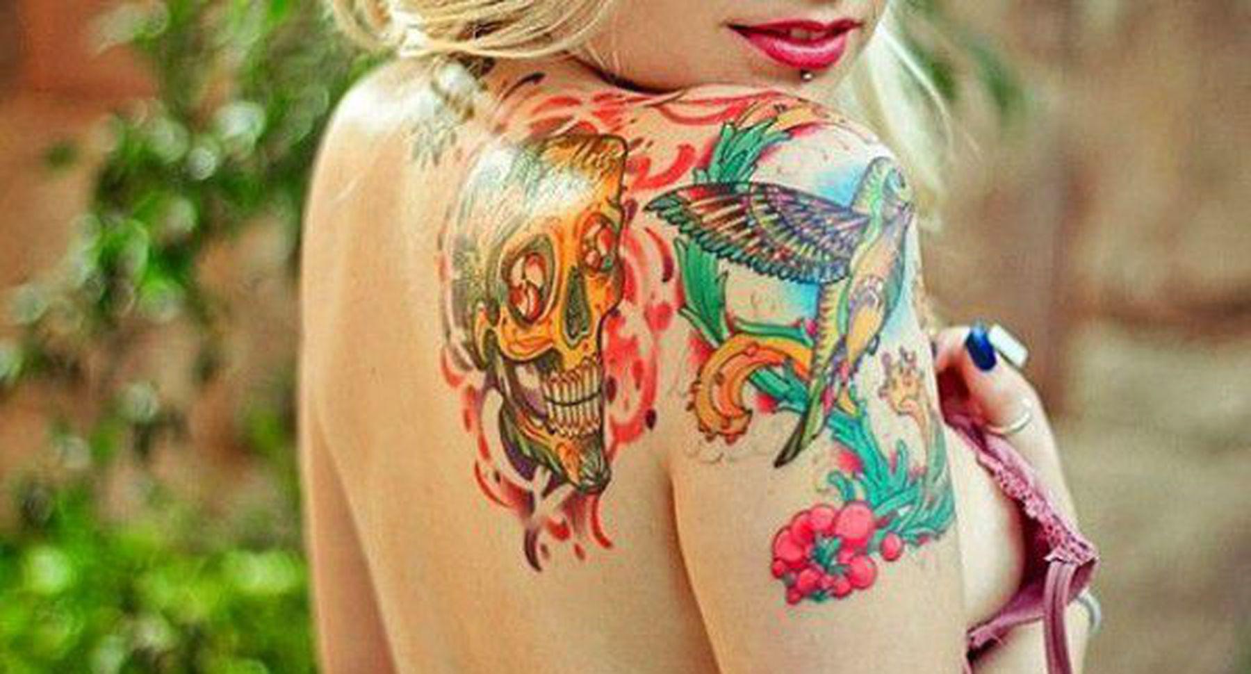 Фото девушек с цветными татуировками