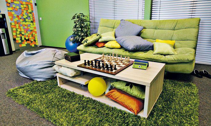 ad994c49f80 ZeroTurnaroundi logovärviga sarnaselt rohelises puhkenurgas võib ka  lihtsalt diivanil lesida, lugeda, malet mängida või juttu ajada.