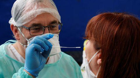 Kaitseriietes ja maskiga arst koroonaviirusetesti tarbeks proovi võtmas pärast viiruspuhangu taasteket Põhja-Prantsusmaal 9. juulil 2020.