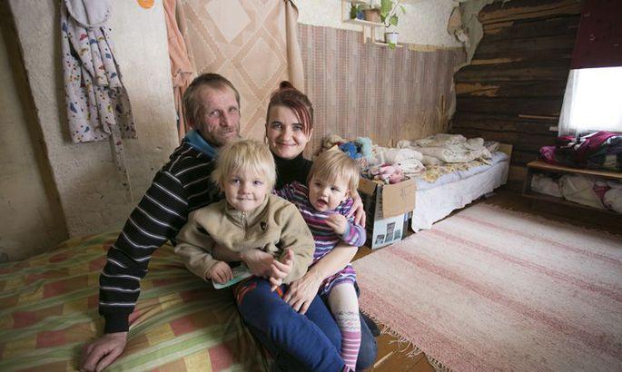 fd2b4499e42 Margot Karton ja Andres Ojamäe vaatavad nukralt toanurka, kus osaliselt  maha rebitud tapeet paljastab soojustamata palkseina. Tapeedi jaksaks pere  ise osta, ...