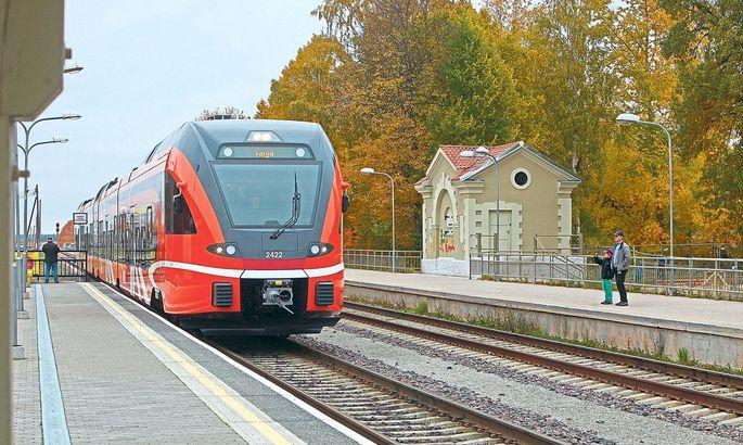 d601df2a5e5 Eile kell 13.16 jõudis Tartu vaksalisse vaikse sahinaga uhiuus oranži ja  musta värvi diiselrong.