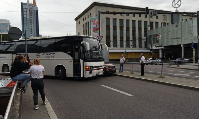 0b92c5807e0 Fotod: Kaubamaja juures põrkasid kokku reisibuss ja sõiduauto ...