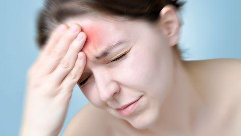 Insuldi sümptomid on äkiline tugev peavalu, ühe kehapoole halvatus, kõnehäire.