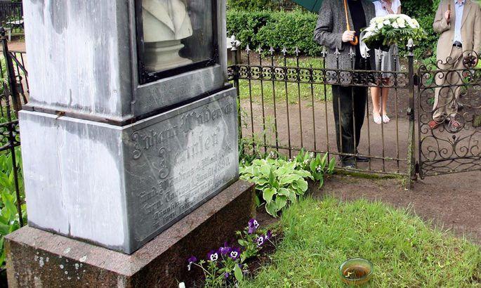 40c4dc2da4c Johann Voldemar Jannsen on maetud Tartusse Raadi kalmistule, kus teda igal  aastal l6. mail mälestamas käiakse.
