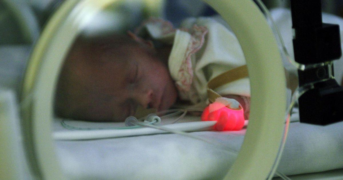 Enneaegse sünni päeva puhul värvub haigla peasissekäik sirelilillaks