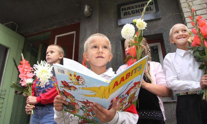 7669bb0f4db Massiaru algkooli ainus esimese klassi õpilane Aigar-August Lemmik uudistas  eile maja ees oma aabitsat.