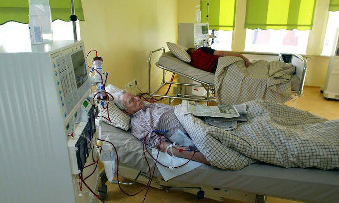 2a78ce1888a 80-aastane Johannes Sibul (esiplaanil) saab dialüüsiravi tervisekeskuse  kabinetis, mis on pärast remonti poole suurem kui kuus kuud tagasi.