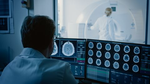 Arstid märkasid senitundmatut moodustist, kui uurisid eesnäärmevähki põdevaid haigeid täiustatud kompuutertomograafiga. Uuringu eel süstiti vereringesse radioaktiivset glükoosi, mis võimaldas kasvajaid paremini eristada. Nüüd nähti haigete ninaneelu tagaosas midagi täiesti uut, mis varem ei olnud esile tulnud.