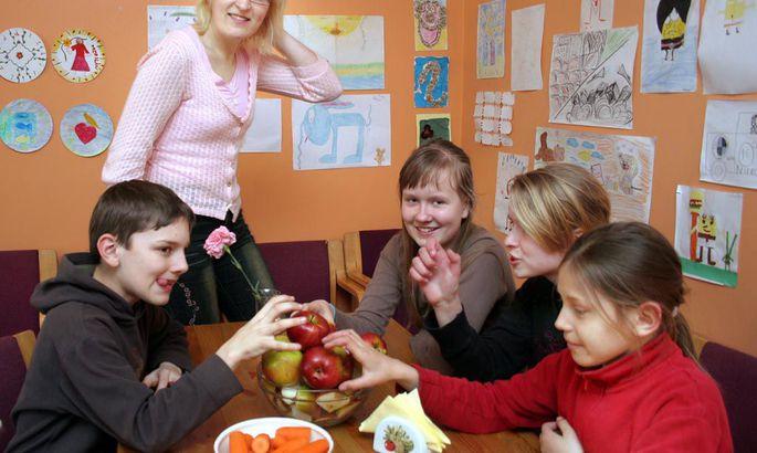 56397b49d99 Lastemaja juhataja Kristi Ollino vaatab naeratades õunu haaravaid lapsi,  pildil on Ruslan Mammadov, Anita Kuldsalu, Liisa Kõrvemaa ja Annika Holland.