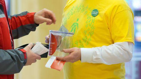 Vähiravifond korraldab annetuste kogumiseks kampaaniaid ja palub inimestelt abi ka avalikel üritustel.