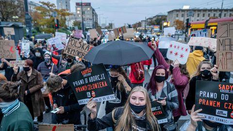 Poolas abordiseaduse karmistamise vastu protesteerivad inimesed.