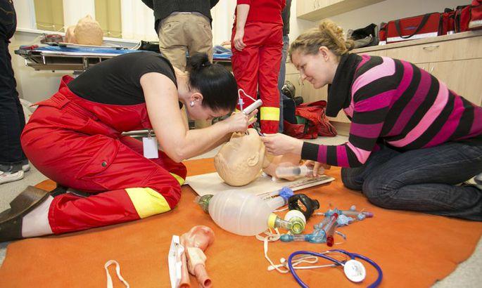 756d26090bd Kiirabiõed Gea Sarapuu ja Kersti Tilga harjutavad mannekeeni peal  intubatsioonitoru paigaldamist, mida võib vaja minna hingamisraskusega  patsiendi ...