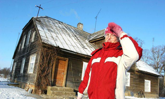 4efab629e2d Külavanem Anne Arusoo juhatab teed Auksi vana koolimaja juurde ning näitab,  mis seal on olnud ja mis alles.