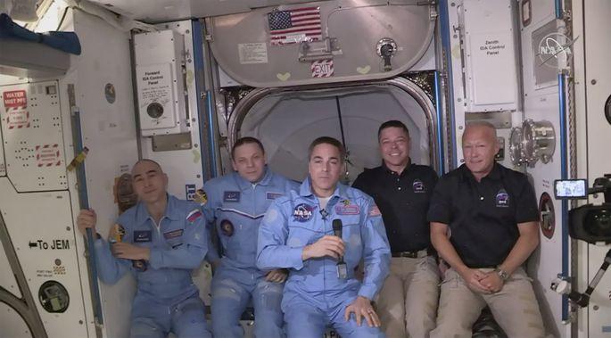 Астронавты NASA впервые в истории перешли на борт МКС из корабля, созданного частной компанией.