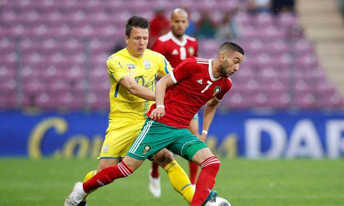 dd2b42ea4c0 Amsterdami Ajaxi ja Maroko koondise mängujuht Hakim Ziyech on ukrainlase  Jevgeni Konopljanka käest plehku pääsemas.