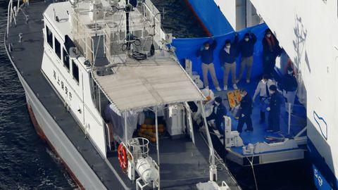 Jaapani rannavalve patrullpaat kruiisilaeva Diamond Princess juures. Parullpaadiga viidi laeval koroonaviiruse diagnoosi saanud sadamasse, kus nad pandi kiirabiautodesse ja sõidutati haiglasse