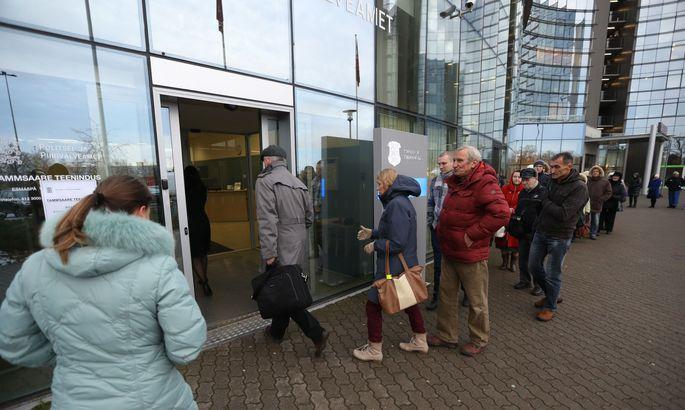 b52ba53c5c3 Varahommikul kogunesid inimesed politsei- ja piirivalveameti Mustamäe  büroosse, et enne turvariskiga ID-kaartide sertifikaate uuendada.