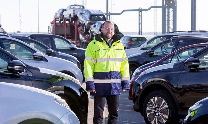 31081ef25ab Assistori juhatuse liige Tanel Mõistus Paldiski sadamas oma firma  laoplatsil transporti ootavate autode vahel. Kuigi üha enam autosid  veetakse otse Venemaa ...