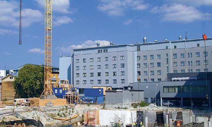 dd99da6d0e5 Juba 1993. aastal maailmakuulsa Sheratoni hotelli jaoks kaevatud  vundamendiauku Paldiski maantee alguses hakkab viimaks ometi maja kerkima.