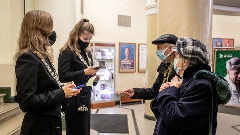 Alates 24. novembrist on maski kandmine kohustuslik kõikjal avalikes siseruumides, ühissõidukites ja teenindusasutustes. Illustreerival pildil maskides kontserdikülastajad ja töötajad Estonia teatris.