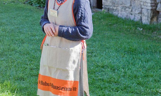 59d1c5c3bc3 MUUSEUMIPÕLL: Klienditeenindaja Lilja Heapost oli kolmapäeval lausa  modelliks, demonstreerides uudistajaile uut muhulikku põlle. Foto: Egon Ligi