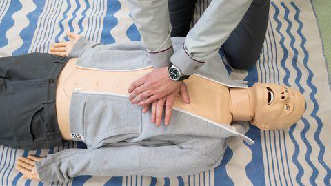 Kõige olulisem on alustada võimalikult ruttu südame kaudse massaažiga. Kamari sõnul on südamemassaaži tegemine füüsiliselt raske.