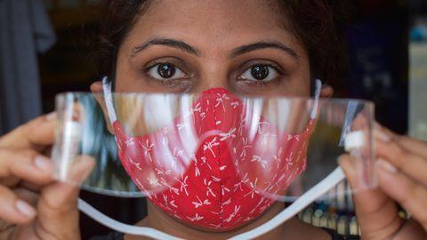 Koroonaviiruse leviku takistamiseks kasutatava maski paigaldamisel ja kandmisel on oluline, et sellega ei puutuks silmi. Kuna viirusosakesed võivad organismi siseneda ka silmade kaudu, siis on eesliini töötajatel, sh klienditeenindajatel, vaja kaitsta ka silmi. Pildil silmi säästva maskiga ja kaitseprille paigaldav müüjanna Kolkatas, Indias.