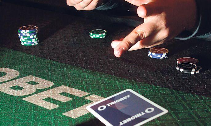 ad492a17ce7 Pokkeri alguses teevad kaks mängijat sundpanused, misjärel jagatakse igale  lauas istujale kaks kaarti.