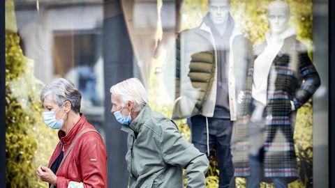 Karmistatud koroonameetmete kohaselt nõutakse Amsterdamis, Haagis ja Rotterdamis poodlejatelt maski kandmist; poepidajatel on luba keelata sissepääs neile, kes maski ei kanna. Pildil maskides linnakodanikud Amsterdami ostutänaval 29. septembril 2020.