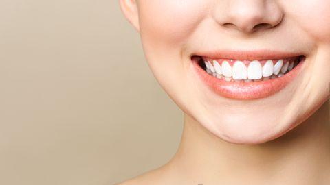 Email on poolläbipaistev, mistõttu peamine hambamaterjal dentiin annab hammastele nende värvuse.