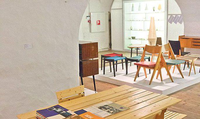 145e3ea5688 Vaade näitusesaali: keskel Leila Pärtelpoja kavandatud suvilamööbel, mille  projekt ilmus ajakirjas Kunst ja Kodu 1958. aastal.