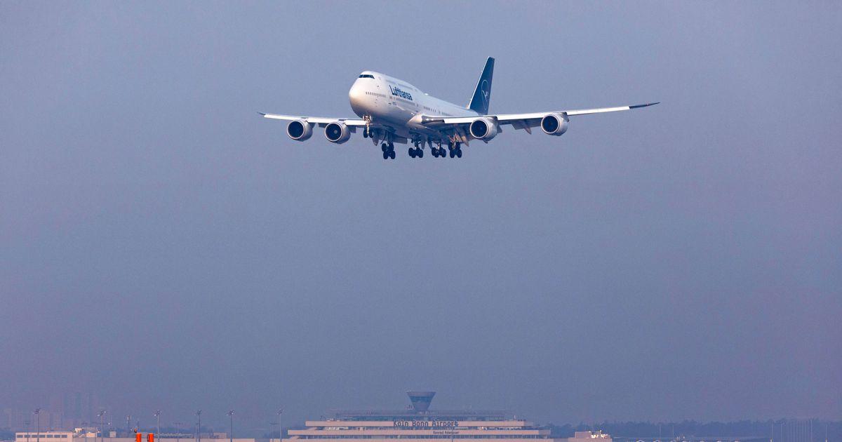 фото пассажирского самолета идет на посадку есть