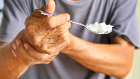 Käte värina põhjused on inimestel erinevad, aga nende pikemal kestmisel tuleks minna asja arsti juurde uurima.