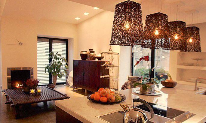 8920357af39 Hubane: avatud köögiga elutuba ilmestavad kamin ja reisidelt toodud mööbel,  lambid jms.